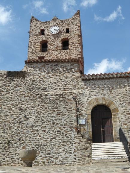 Le clocher se dresse avec fierté au dessus du village de La Bastide