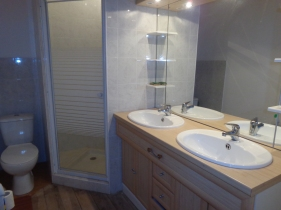 GÎTE D'ÉTAPE - Salle d'eau avec double vasque, douche et toilettes.