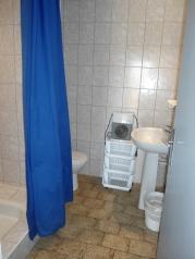 GÎTE N° 3 : Salle d'eau avec douche, lavabo et toilettes.
