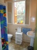 Gîte n° 4 - Salle d'eau avec cabine douche, lavabo et toilettes.