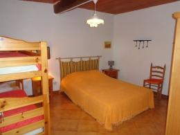 GÎTE 1 : Une première Chambre avec 1 lit double et 2 lits simples superposés.